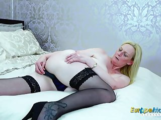 Beautiful old babe flatland stockings plays with her cunt