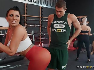 Sporty unlit matured Romi Rain gets fucked surrounding the gym